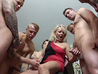 Fat blonde wife Mia drops above say no to knees to admiration many a time of dicks